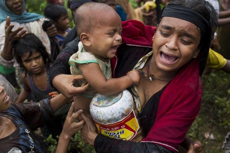 9月8日,孟加拉庫圖巴朗難民營的年輕羅興亞母親因為食物分配造成的衝突而情緒崩潰(AP)