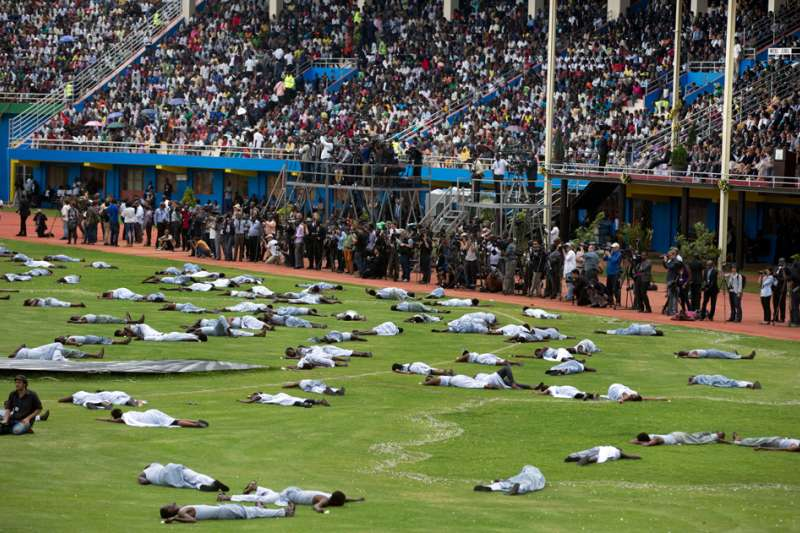 盧安達大屠殺20周年紀念日活動,紀念大屠殺的行動劇模擬受害者屍橫遍野。(維基百科公有領域)