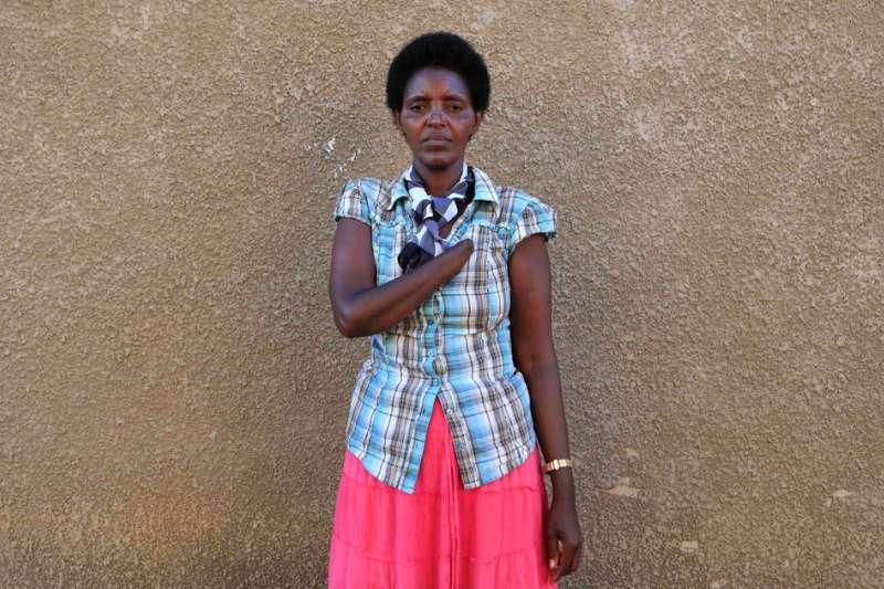盧安達大屠殺受害者,她被鄰居斬斷手臂,但該名鄰居事後真心向她懺悔多年,最後成為她丈夫。(美聯社)