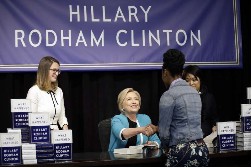 希拉蕊12日現身紐約聯合廣場的巴諾書店簽書會,並與現場粉絲親切互動(AP)