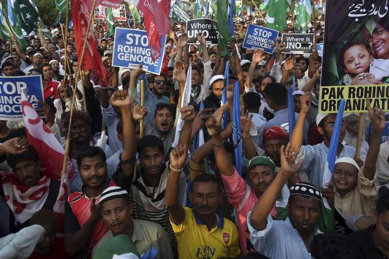 巴基斯坦大批民眾10日走上第一大城喀拉蚩的街頭,抗議緬甸政府迫害該國穆斯林少數民族羅興亞人(AP)