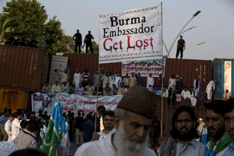 巴基斯坦大批民眾8日打算前往緬甸大使館抗議緬甸當局迫害羅興亞人,但遭到大貨櫃阻擋(AP)