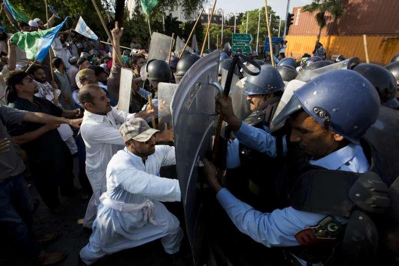 巴基斯坦大批民眾8日打算前往緬甸大使館抗議緬甸當局迫害羅興亞人,與鎮暴警察發生衝突(AP)