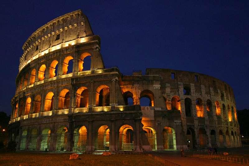 夜晚的羅馬競技場。(Aaron Logan @ Wikipedia /CC-BY 1.0