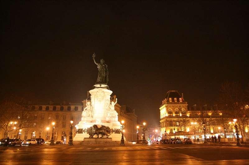 改造前的巴黎共和國廣場是交通要道。(Ayustety @ Wikipedia / CC BY-SA 2.0)