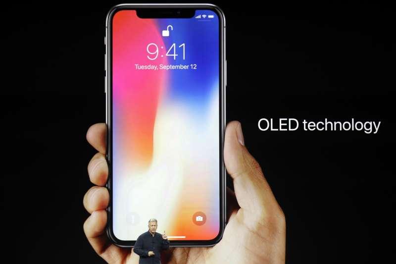 2017年9月12日,蘋果推出新款iPhone X,採用OLED螢幕(AP)