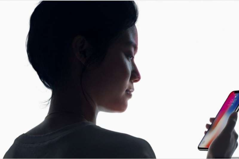 拿掉Home鍵的蘋果最新旗艦機款iPhone X,推出全新身份認證機制「Face ID」。(圖/Apple官網)
