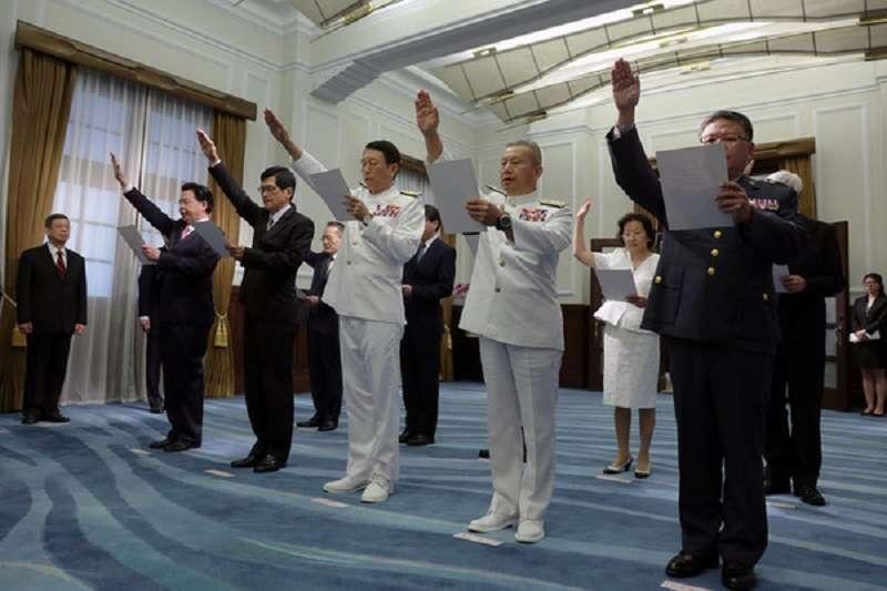 圖為新任總統府、國安會、行政院政務人員及駐外大使宣誓典禮。宣誓人員包括:總統府秘書長吳釗燮、國安會秘書長嚴德發(左2)、國防部參謀總長李喜明等。(總統府)
