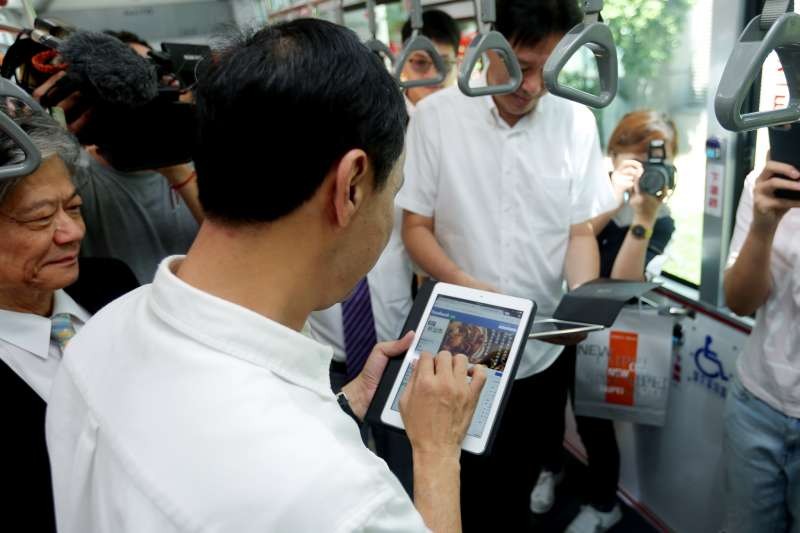 新北市長朱立倫實際體驗新北市公車免費WiFi上線。(圖/新北市政府交通局提供)