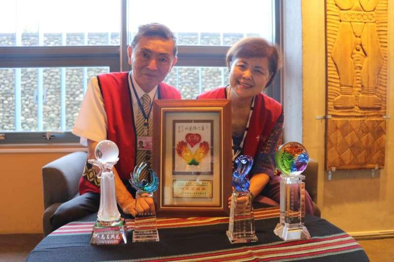 蔡勝進和鄭碧珠夫妻自十三行博物館創館以來,一直擔任志工至今,熱心服務,同時更獲獎無數。(圖/新北市立十三行博物館提供)