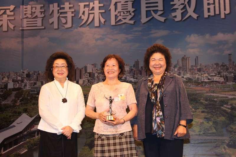 高雄市長陳菊表揚資深暨特殊優良老師(圖/高雄市政府提供)