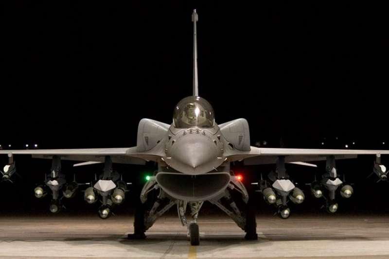F-16A/B型性能提升後的首批4架F-16V將於年底出廠順利交機,並於明年在台完成試飛後交付空軍。(取自Ken Sunny@twitter)