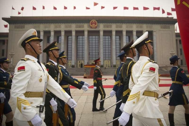 通過北京人民大會堂外的解放軍儀仗隊。(美聯社)