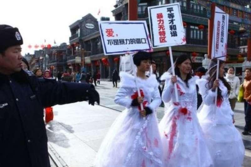中國女權活動人士抗議家庭暴力。(BBC中文網)