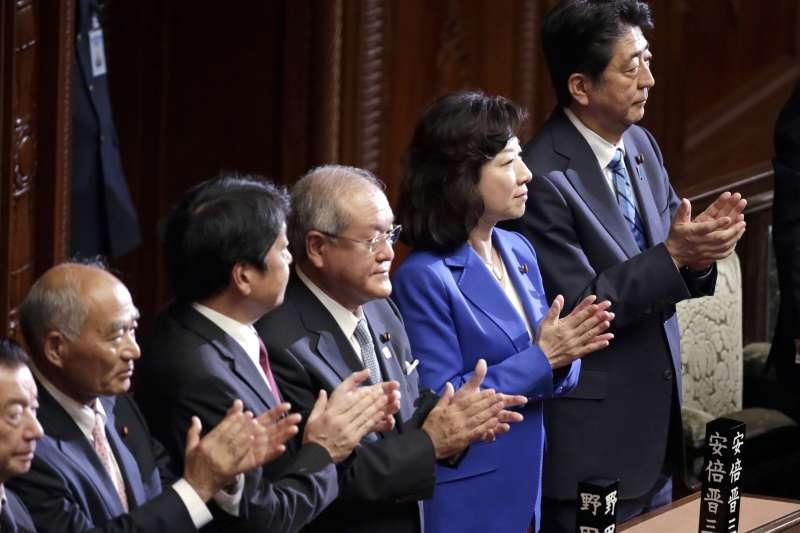 日本眾議院宣布解散改選,圖為首相安倍晉三(右)與其他議員(AP)