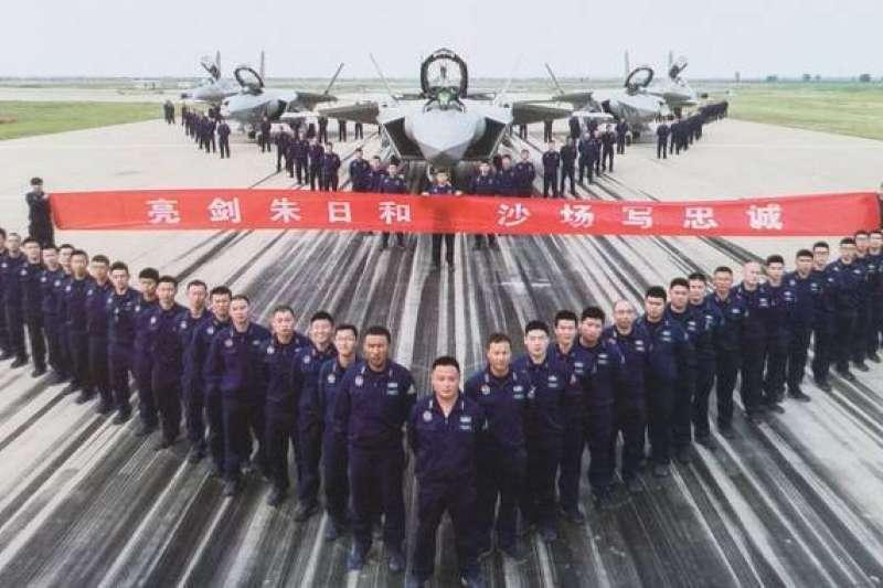 解放軍在中國朱日和基地列隊與殲-16、殲-20戰機合照。(取自搜狐網)