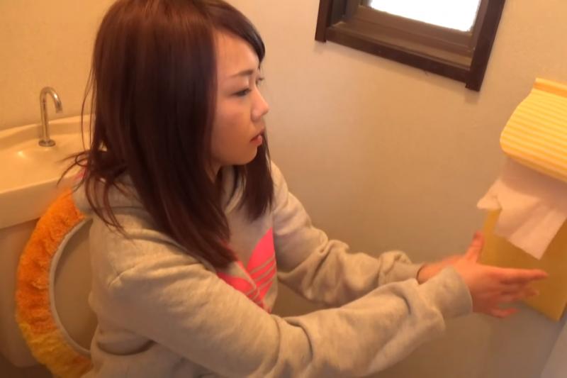 廁所別來去匆匆,排便後花一點時間觀察糞便的顏色和外觀,可以更了解身體健康狀態。(示意圖非本人/翻攝自youtube)