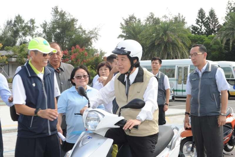賴清德今也實地體驗騎乘電動機車,對電動機車的效能及靜音特性表示肯定。(行政院提供)