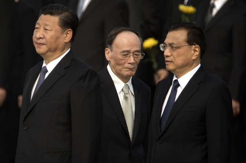 中國國家主席習近平(左)與中紀委書記王岐山(中)和國務院總理李克強(右)。(美聯社)