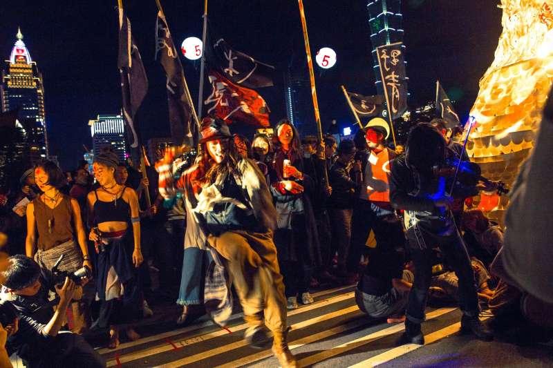 2017-10-09-野青眾於2016年跨年夜舉辦「百野繞境」藝術遊行02。(野青眾提供)