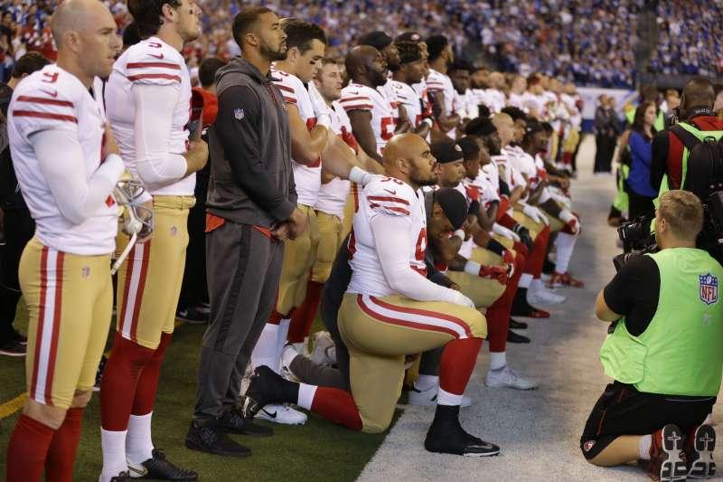 10月8日是美國NFL印城小馬(Indianapolis Colts)對「舊金山49人隊」之戰,演奏國歌時,「舊金山49人隊」多名球員單膝跪地(AP)