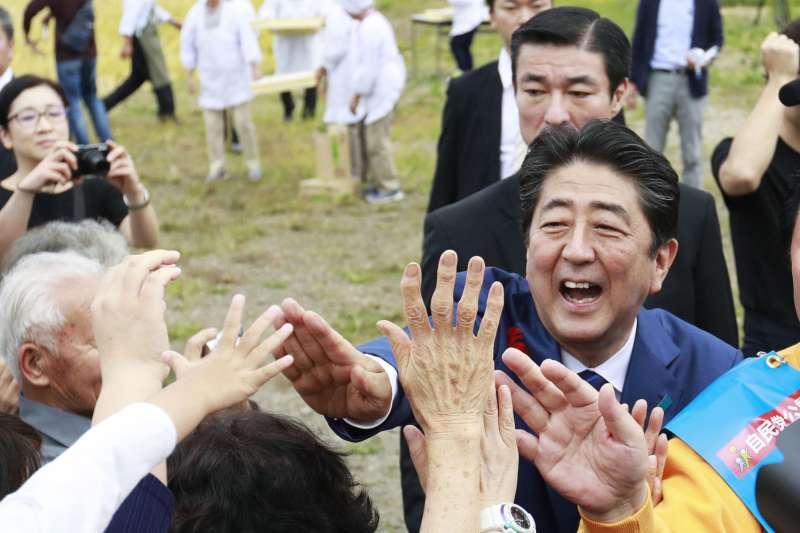 安倍晉三在福島農村展開選戰,力圖展現草根親民的一面。(美聯社)