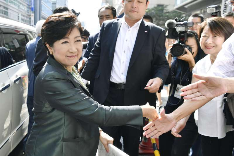 小池百合子在東京池袋車站現身,卻不願投入本屆眾院大選。(美聯社)