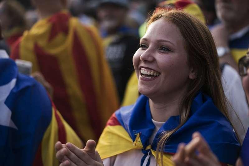 大批加泰隆尼亞民眾10日走上首府巴塞隆納街頭,支持加泰隆尼亞民獨立(AP)