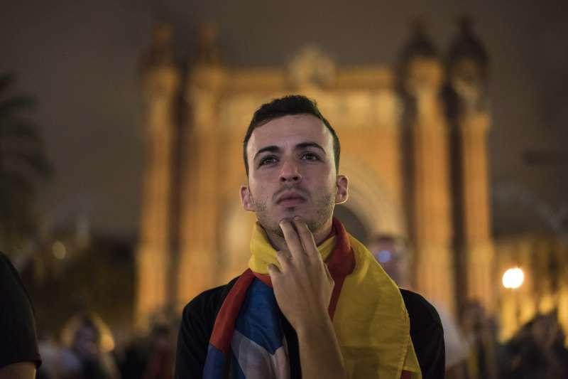 本月10日,支持獨立的加泰隆尼亞人走上街頭,專心聆聽自治區政府主席普吉德蒙的發言(AP)