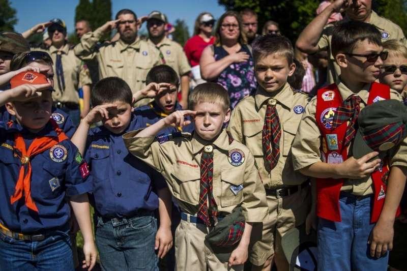 美國男童軍全面性開放女童加入,引發女童軍團不滿。 (美聯社)
