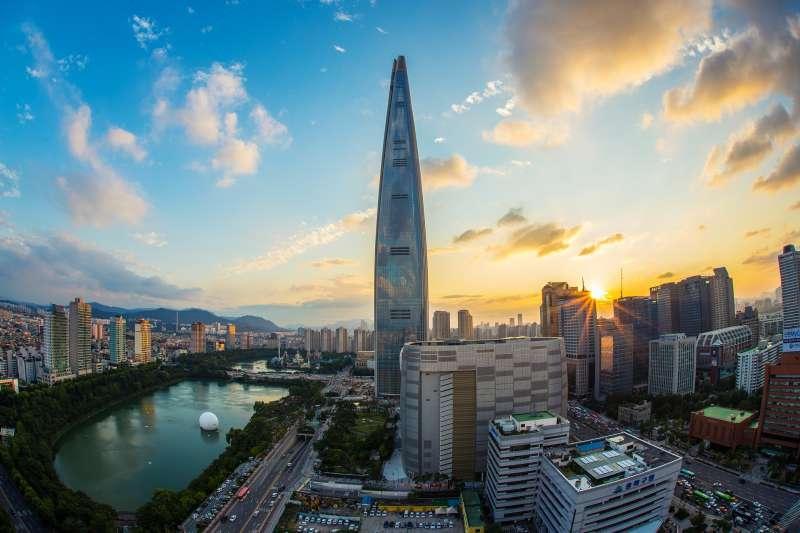 被譽為是首爾新地標的樂天世界塔。(圖/作者提供)