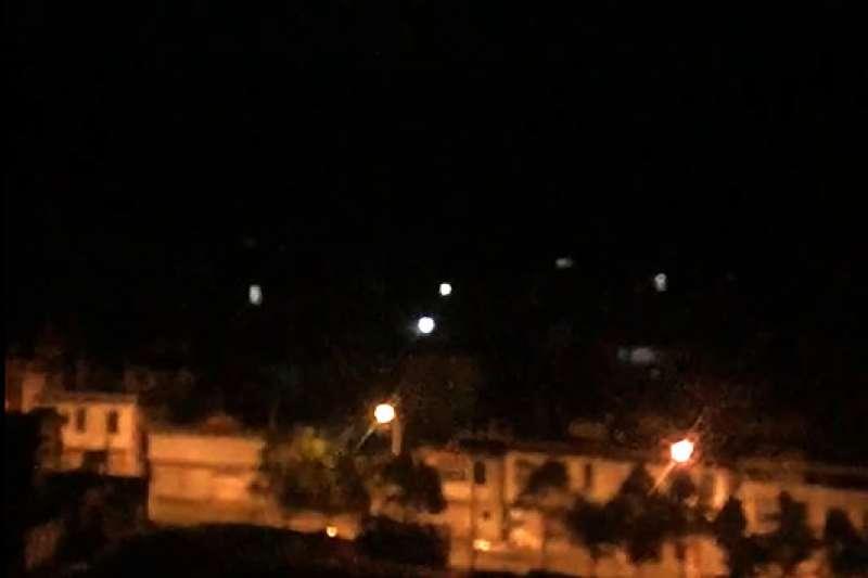 中國網友10月4日拍攝的雲南「火流星」空爆事件(新華社)