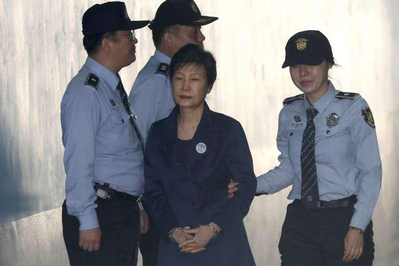 南韓前總統朴槿惠10月13日上午走下囚車,走進首爾中央地方法院(AP)