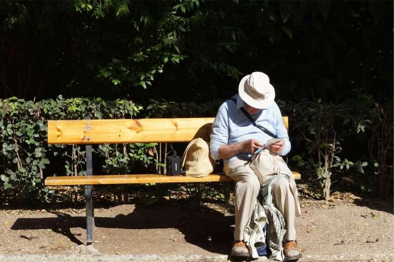 國人服用醫師處方抗憂鬱劑人口比例,明顯與年齡成正相關,65歲以上每千人高達114人。(資料照,取Pixabay)