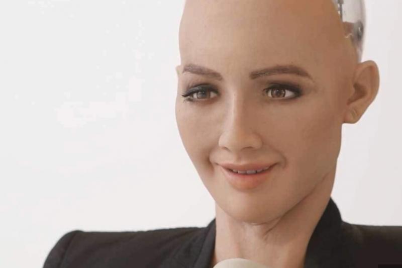 女機器人索菲亞(Sophia)日前獲得沙烏地阿拉伯的公民權,引發熱議,同時也意外掀起當地女權論戰。(圖/Hanson Robotics)