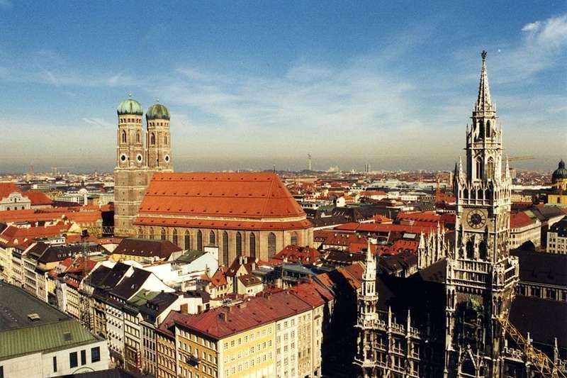 鳥瞰慕尼黑,左側是聖母教堂,右側是市政廳的鐘樓。(圖/By Stefan Kühn (Own work)@wikipedia)