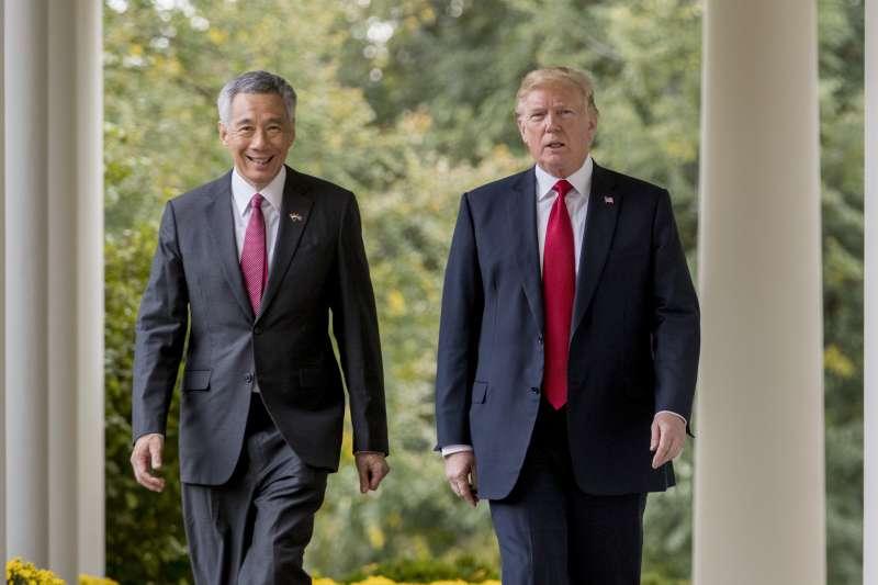 新加坡總理李顯龍日前造訪白宮,與美國總統川普合照。(美聯社)
