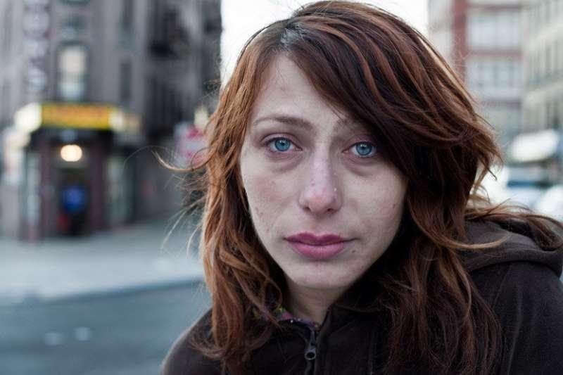 攝影師深入紐約底層,溫柔凝視吸毒者,聆聽他們的傷痛,才發現他們和我們其實並無多大的不同。(圖/ Chris Arnade)
