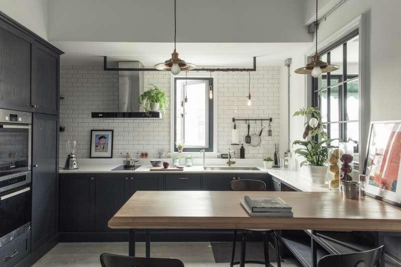 幻想在廚房看著心愛的另一半品嘗後露出的幸福微笑,嚐的是一種專屬「家」才有的氛圍,更是家庭中溝通交流的重要場域。分析四種不同需求的廚房設計,挑選出最符合生活需求的理想廚房。(圖/iDiD點一點提供)