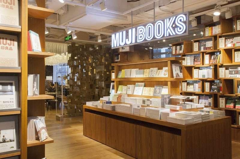 書店一間間倒,但日本卻愈來愈多結合書本販售的異業型商店,到底賣書有什麼好處呢?(圖/MUJI 無印良品臉書粉專)