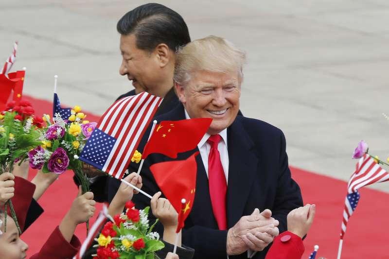 美國對中國貿易逆差,美國總統川普考慮採取懲罰性措施,圖為川普2017年訪問中國,會晤中國國家主席習近平(美聯社)