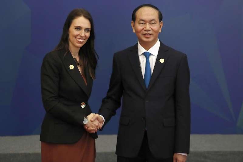 紐西蘭總理雅頓(Jacinda Ardern)參加越南APEC,與越南國家主席陳大光合照。(美聯社)