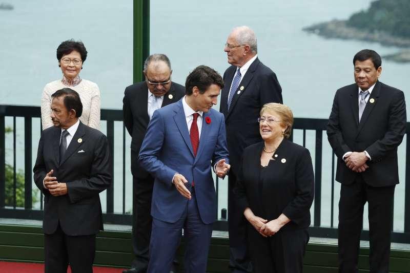 菲律賓總統杜特蒂在越南峴港出席APEC峰會,獨自一人站在角落。(美聯社)