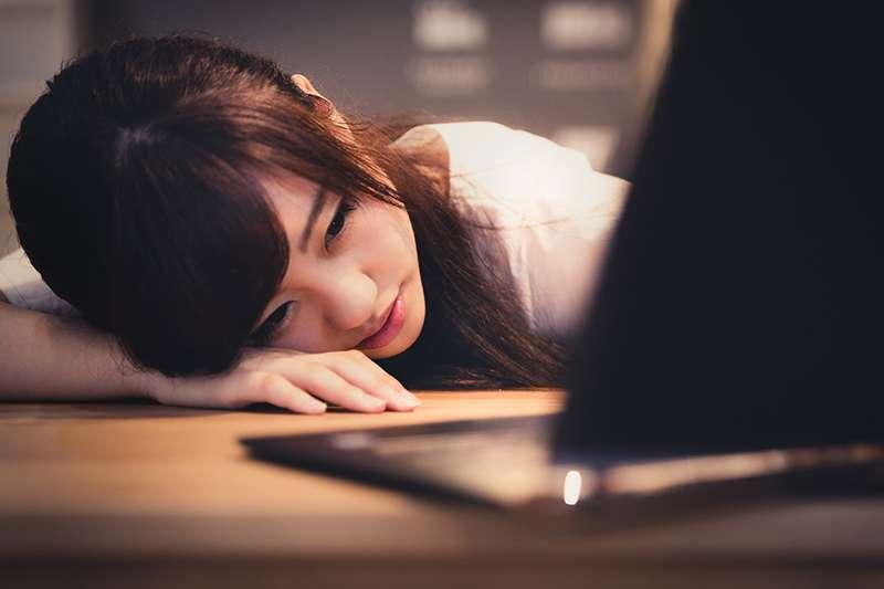 不少人趴睡後反而更疲累,甚至有四肢酸麻、視力模糊等狀況。(圖/Pakutaso)