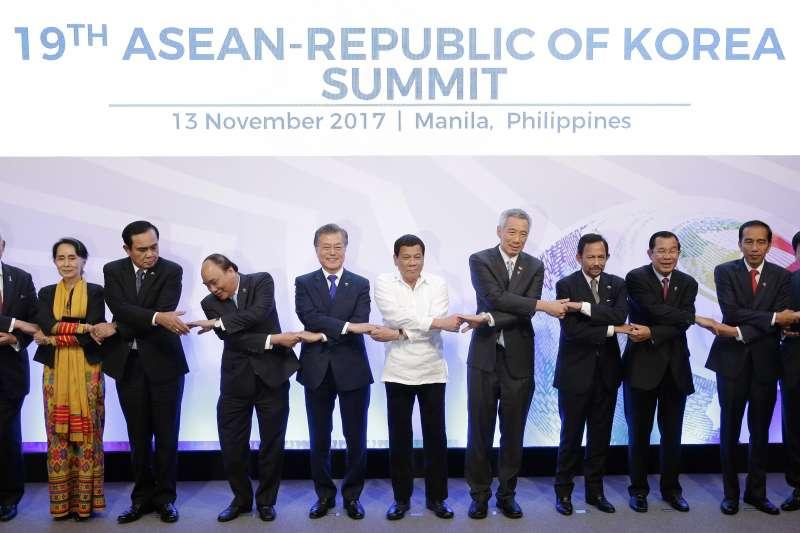 2017年東亞峰會在菲律賓舉行,左五為文在寅。(美聯社)