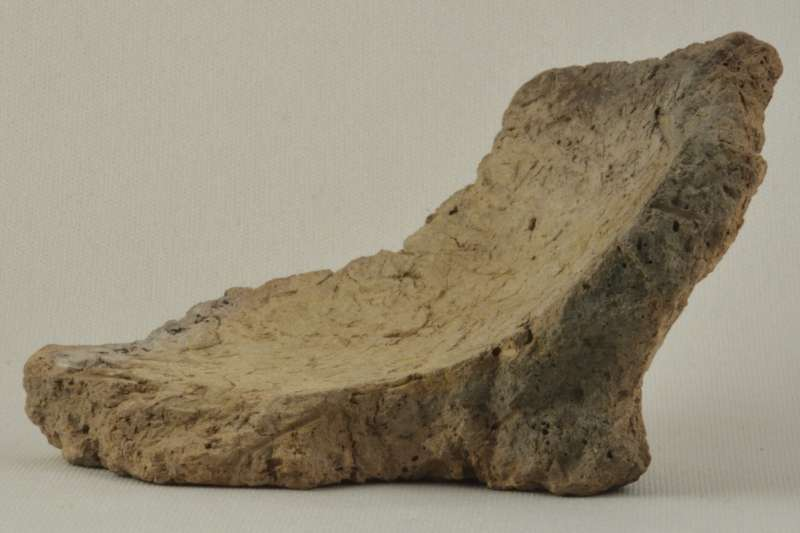 喬治亞國家博物館提供的8000年前古陶罐碎片照,最新研究在這片碎片上發現葡萄酒的物質(美聯社)