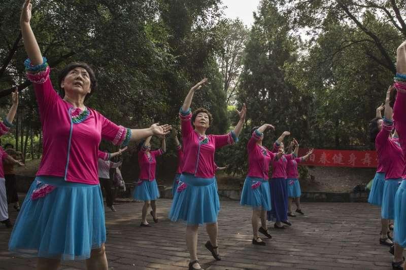 廣場舞是深受中國婦女歡迎的運動方式。(BBC中文網)