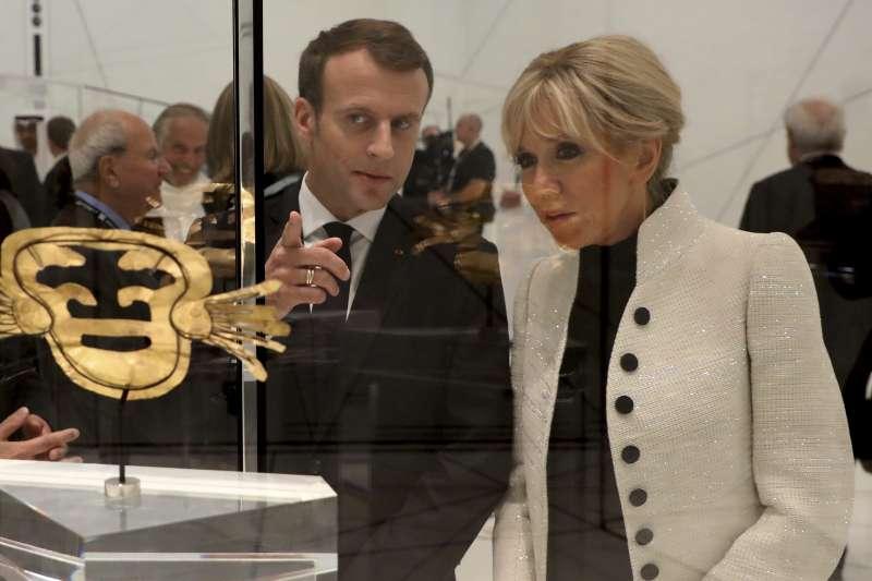 阿布達比羅浮宮開幕,法國總統馬克宏偕妻子觀賞展品。(美聯社)