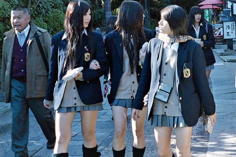 為何日本女生即使天氣再冷,都要穿著短裙上學?原來這一切都是從小開始培養的國民教育!(圖/維基百科)