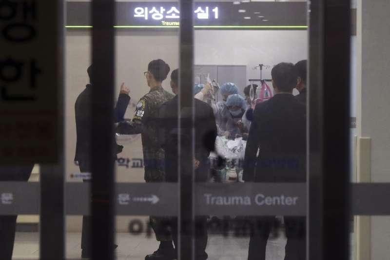 從板門店投誠的北韓士兵被送往南韓醫院接受治療。(美聯社)